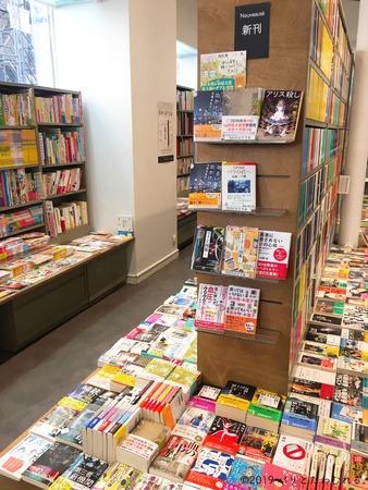 パリジュンク堂書店の新刊コーナー
