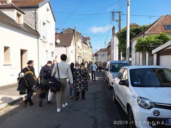 プロヴァン中世祭りへ向かう人の流れ