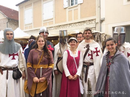 プロヴァン中世祭りの仮装を楽しむ人